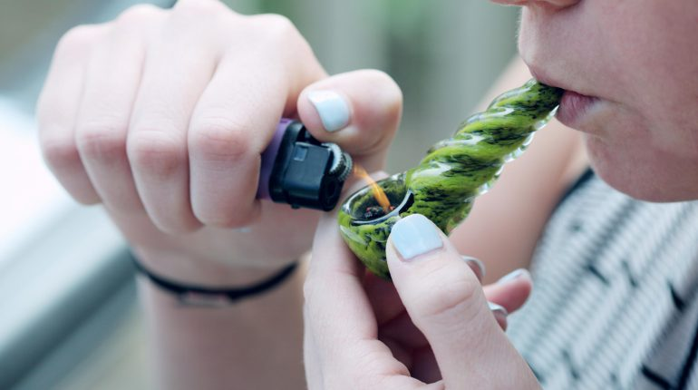 How-to-Smoke-Weed-from-a-Pipe-770x430
